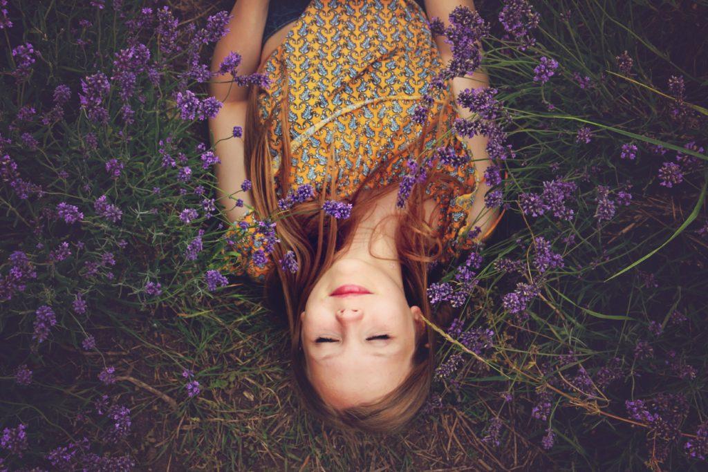 Une femme allongée qui se repose et essaie d'entendre (enfin) sa petite voix intérieure .