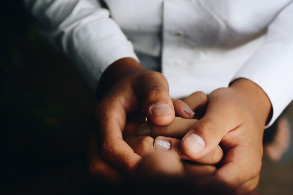 AVANCER QUAND L'ÉMOTION EST TROP FORTE : mains qui tiennent d'autres mains