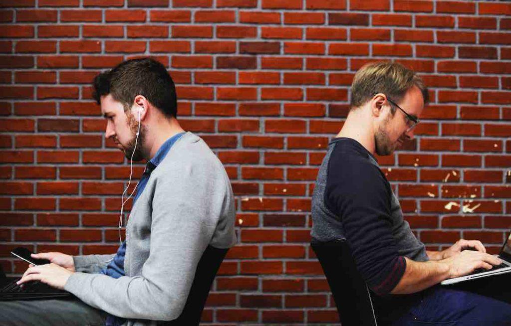 SE CONNECTER À SA PETITE VOIX INTÉRIEURE : 2 hommes se tournant le dos au travail.