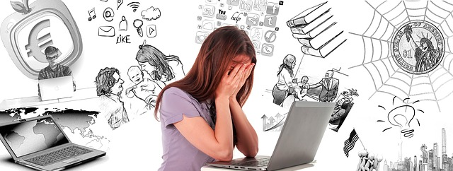 Femme aux prises avec son stress devant son ordinateur