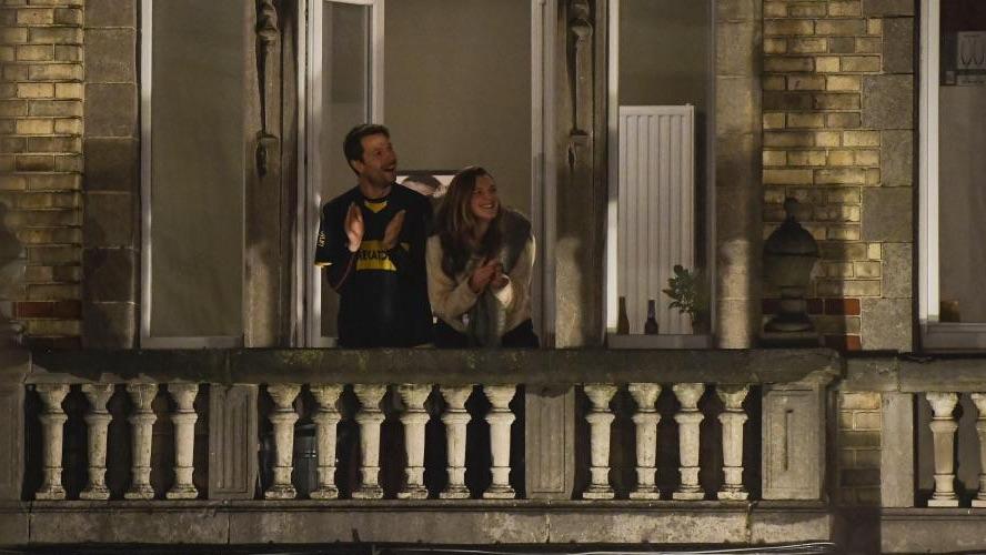 Couple souriant au balcon