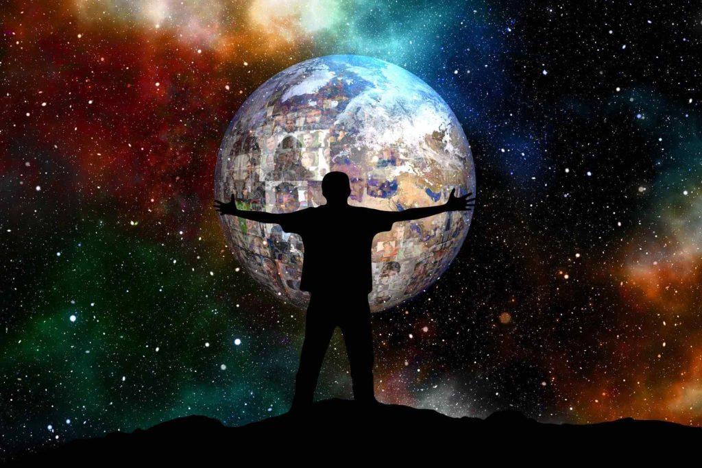 Silhouette d'homme tenant le monde dans ses mains