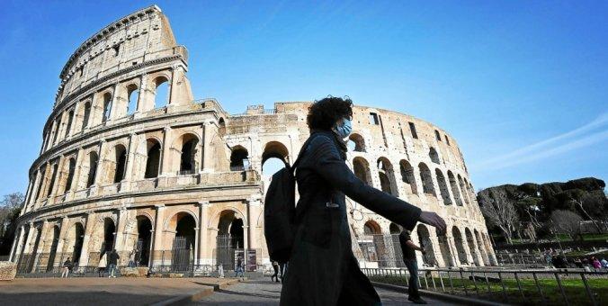 Piéton seul et masqué passe devant le Colisée