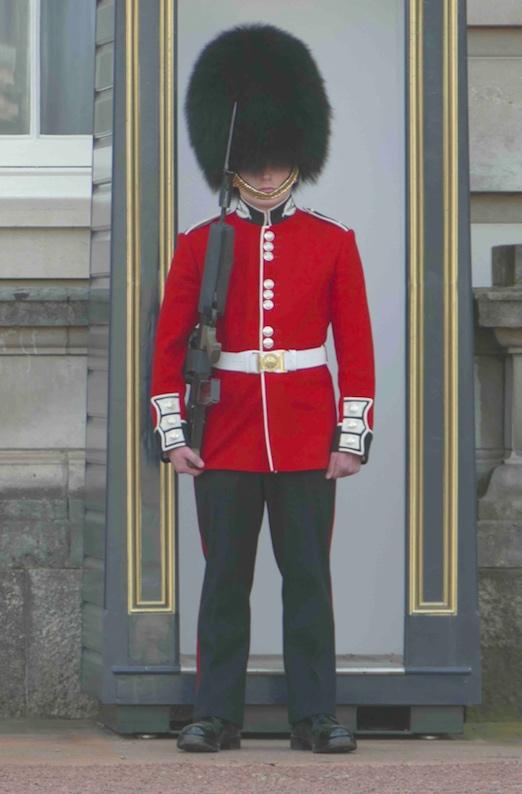 Un bobby monte la garde à Londres.