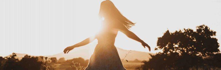 Femme dansant dans le soleil couchant
