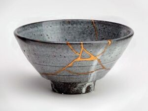Bol gris réparé avec la méthode Kintsugi