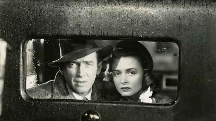 George et sa femme prêts à quitter la ville en voiture hésitent